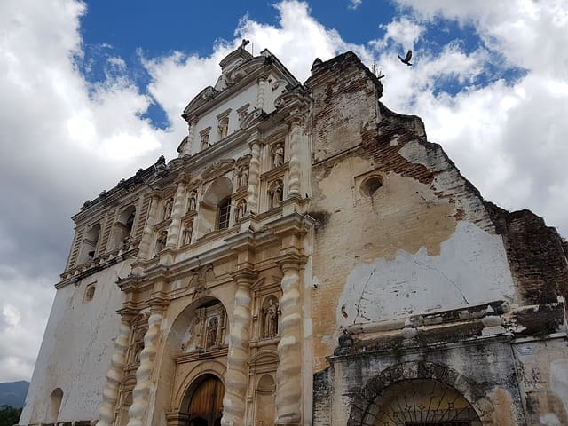 Разрушенная церковь в Антигуа-Гуатемале