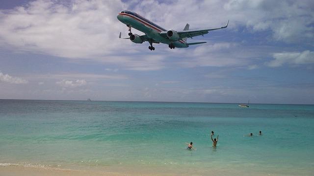 Пляж, где самолеты летают низко над головой