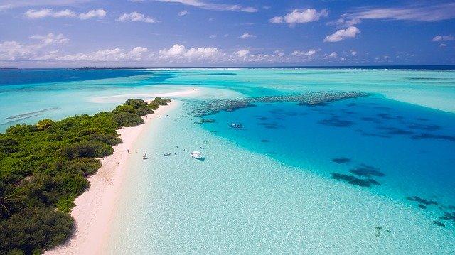 Расположение и климатические особенности Мальдив и Доминиканы